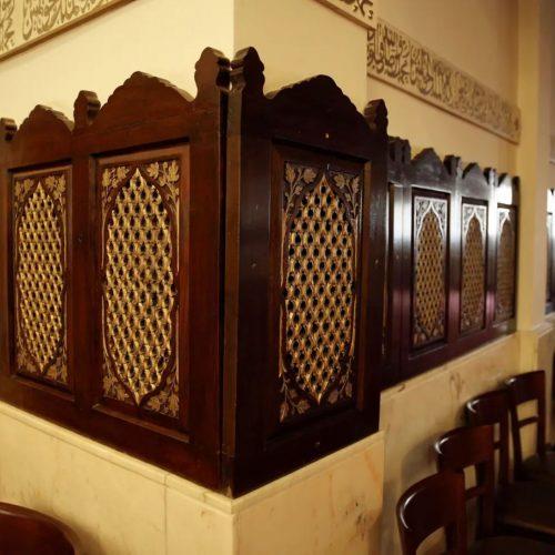 Las epigrafías con inscripciones en árabe se encuentran sobre las diminutas celosías que representan las ventanas que hay en las grandes mezquitas para que pase el aire y apenas la luz del sol