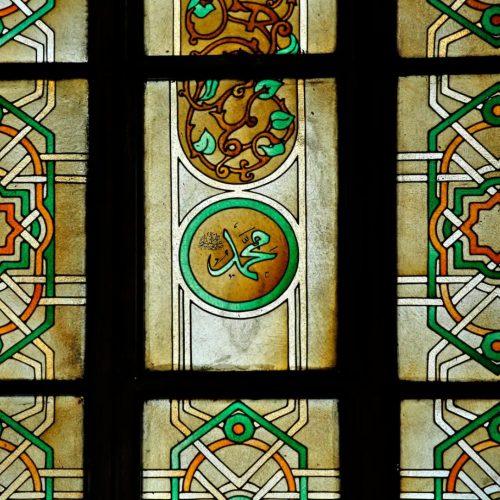 vitrales se observan geometrías islámicas y las inscripciones en árabe de Mahoma
